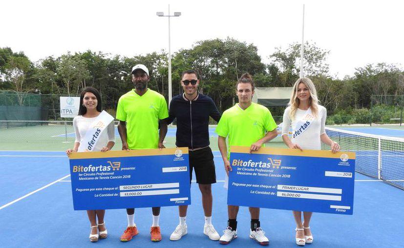 Los dos finalistas del evento que se realizó en el Cancún Tennis Academy. (Raúl Caballero/SIPSE)