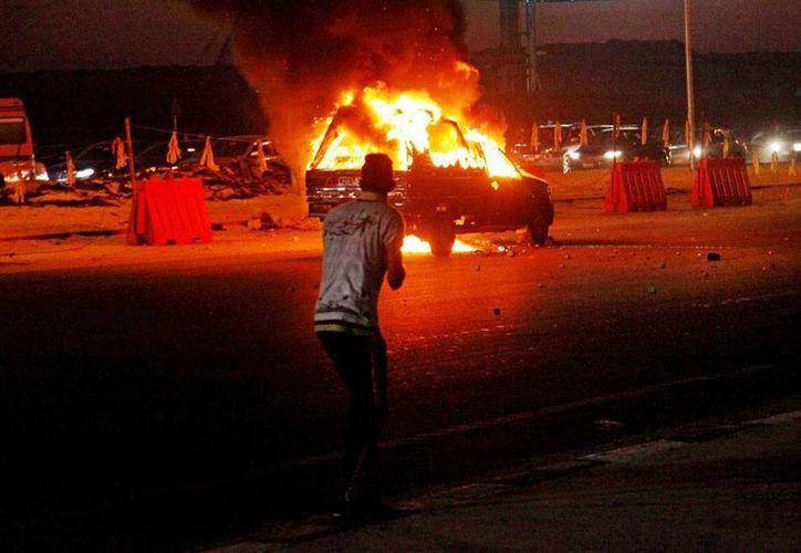 La violencia afuera de un estadio en El Cairo dejó como saldo 22 muertos, lo que obligó a las autoridades a cancelar temporalmente los partidos de futbol soccer. (AP)