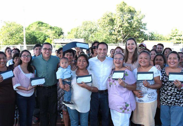 El alcalde Mauricio Vila en la entrega de apoyos a mujeres emprendedoras. (Foto cortesía del Ayuntamiento)