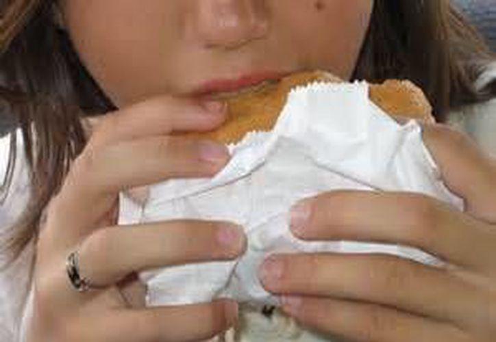 Existen personas que no pueden manejar su manera de comer, lo cual se convierte en una complicación. (Foto de Contexto/SIPSE)