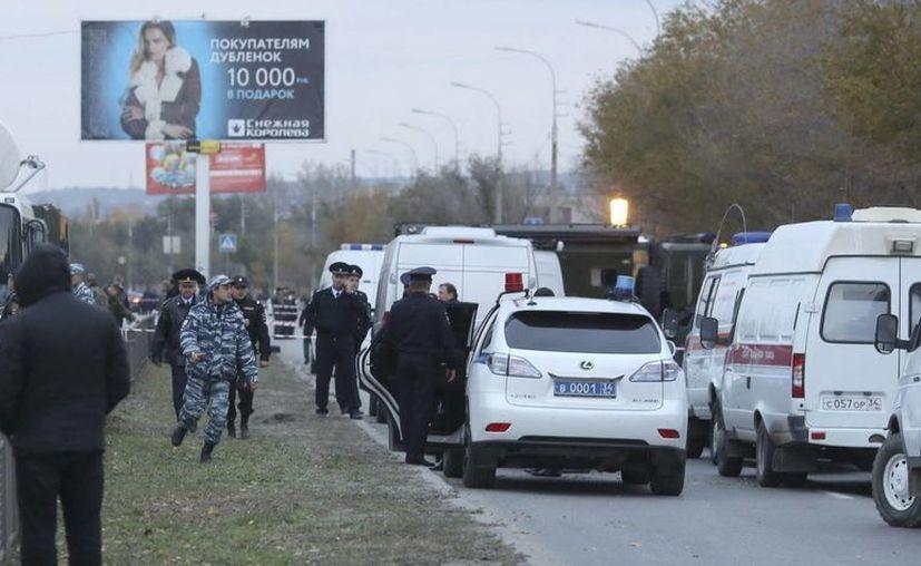 Fuerzas de seguridad rusas rodean el lugar del atentado contra un autobús de pasajeros en Volgogrado. (EFE)