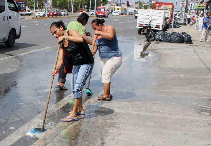 Las acciones de limpieza se llevaron a cabo de manera simultánea en todo el municipio de Benito Juárez. (Sergio Orozco/SIPSE)