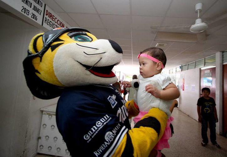 Chacho y los Tigres de Quintana Roo visitaron el Hospital General de Cancún. (Notimex)