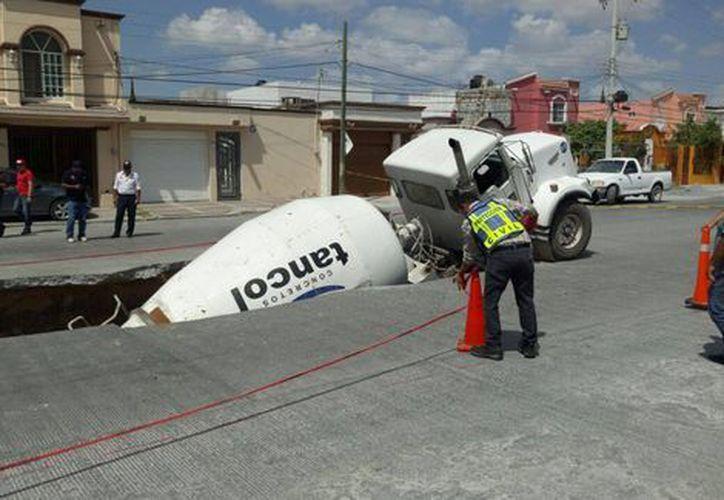 Un camión se hundió cuando circulaba por calles de Reynosa. (Verónica Cruz/Milenio).
