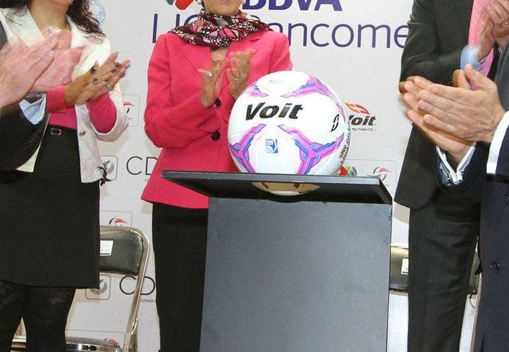 Esta mañana presentaron el balón oficial con el que se disputarán los partidos de octubre de la Liga MX y Ascenso MX, como parte de la campaña de lucha contra el cáncer de mama y de próstata. (Notimex)