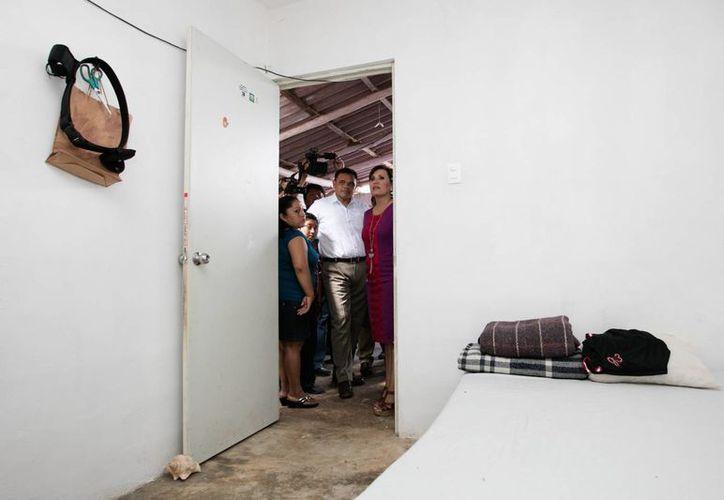 El Gobernador de Yucatán, Rolando Zapata, y la titular de Sedatu, Rosario Robles Berlanga, entregaron este miércoles acciones de vivienda así como un Cuarto Rosa del programa Mejorar, y una calle integral,  en beneficio de habitantes de Sucilá y Tizimín. (Fotos cortesía del Gobierno)