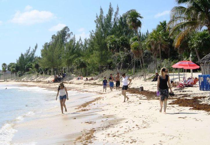 El aire frío provocó que la afluencia en la costa de Playa del Carmen disminuyera. (Octavio Martínez/SIPSE)