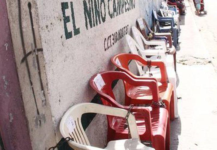 Las sillas para apartar cupo para las preinscripciones <i>aparecieron</i> con el inicio del año en escuelas de Kanasín. (Milenio Novedades)