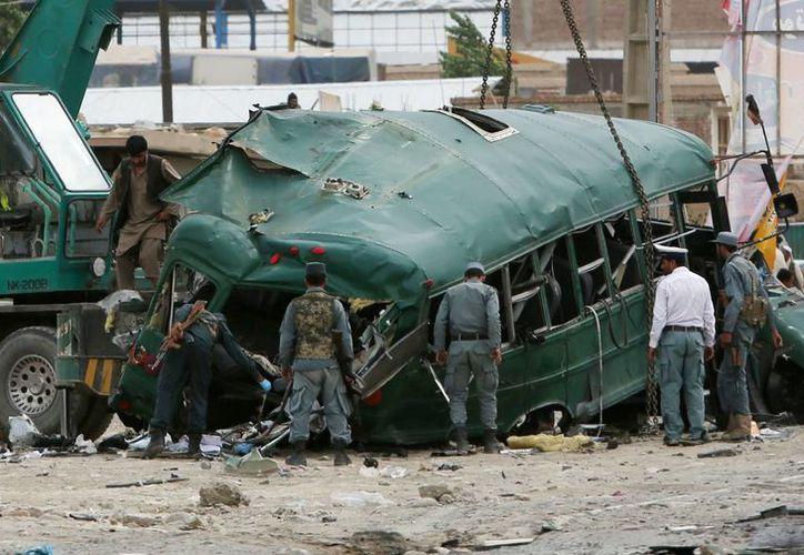 Las fuerzas de seguridad afganos inspeccionan el sitio de un ataque suicida en las afueras de Kabul. (Agencias)