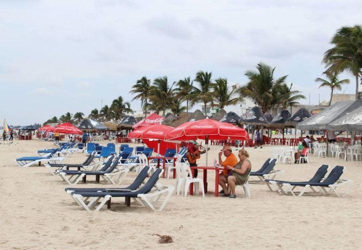 Muy pocos turistas extranjeros que llegaron a Progreso a bordo del crucero Elation se quedaron en la playa, dada la lluvia. (Milenio Novedades)