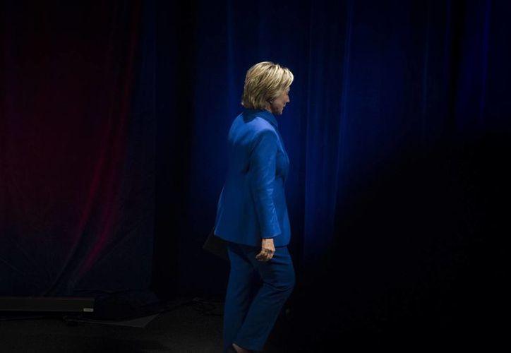 Hillary Clinton se retira de un evento realizado el Nuevo Museo de Washington, el 16 de noviembre de 2016. La ex candidata demócrata libró las acusaciones de Donald Trump de investigar el manejo de sus correos durante su gestión como secretaria de Estado. (AP/Cliff Owen)
