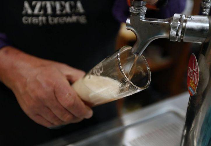 Científicos encontraron que el colesterol bueno permanece en el organismo gracias al consumo moderado de cerveza. (Archivo/Notimex)