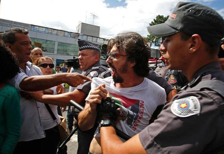 Simpatizantes del ex presidente de Brasil, Inacio Lula da Silva, quien es investigado por la corrupción en Petrobras, discuten con policías, durante una manifestación a favor del exmandatario. (AP)