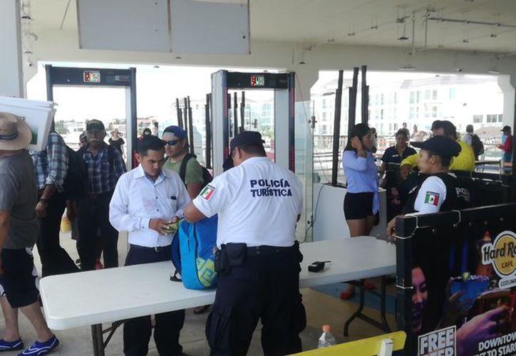 Los operativos de vigilancia en el muelle se realizan en coordinación con autoridades federales y municipales. (Foto: Daniel Pacheco/SIPSE)