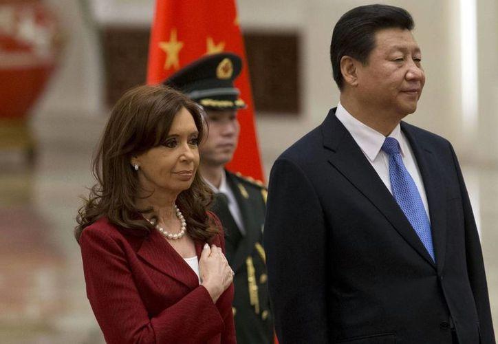 La presidenta argentina Cristina Fernández y su homólogo de China, Xi Jinping, durante una ceremonia de firma de acuerdos en Beijing. (Agencias)