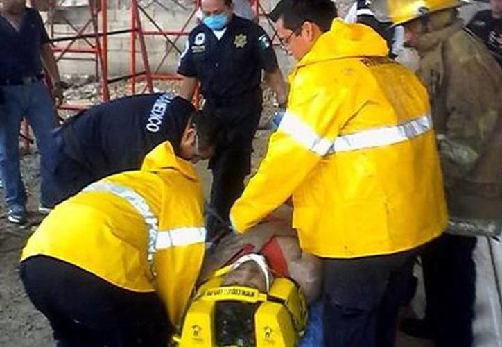 Vecinos lograron rescatar con vida a Pedro e improvisaron una camilla para trasladarlo en lo que esperaban a los paramédicos. (SIPSE)
