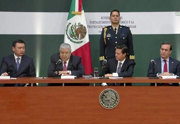 El Presidente de México escucha a Carlos Aceves del Olmo, Secretario General de la Confederación de Trabajadores de México, durante el encuentro en Los Pinos. (@PresidenciaMX)