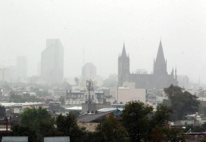 Así luce la ciudad de Guadalajara, Jalisco, la tarde de este viernes. En la capital se registran intensas lluvias por el huracán 'Paulina', que ya tocó tierra en la costa de ese estado. (Notimex)