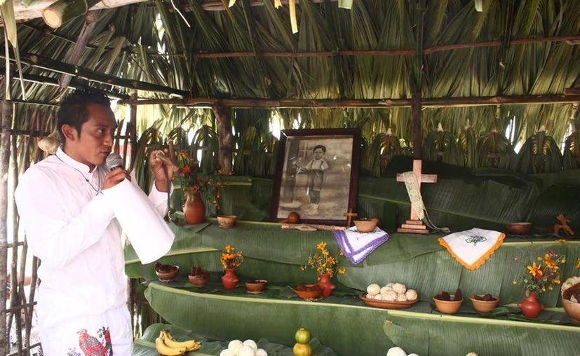 Los participantes en el concurso hicieron explicaciones en maya y en español sobre los altares de Hanal Pixán. (SIPSE)