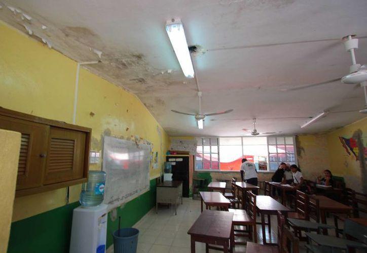 Padres de familia de 800 estudiantes de la primaria Eladio Novelo Gil, exigen que se concluyan las obras en dicha escuela.  (Gustavo Villegas/SIPSE)