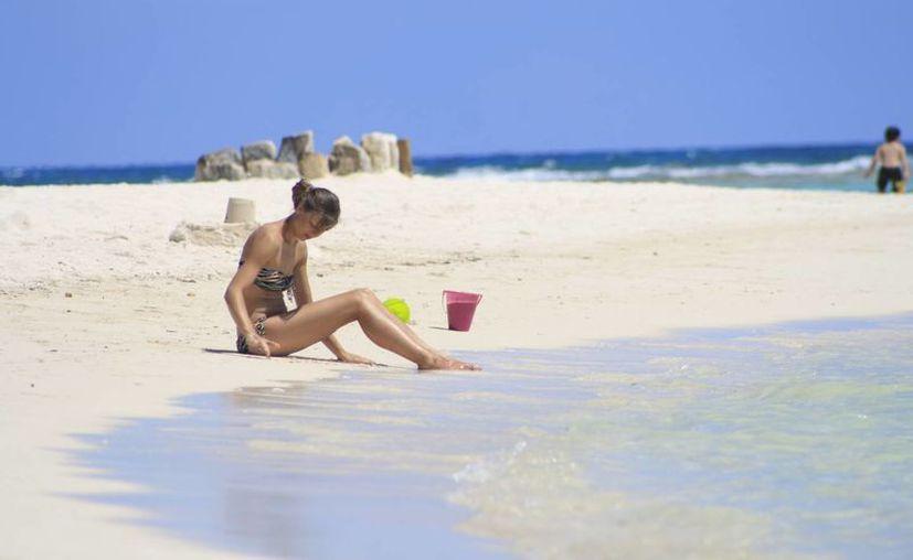 El alcalde de Majahual, asegura que los visitantes encuentran playas limpias; es necesario obtener la certificación. (Harold Alcocer/SIPSE)