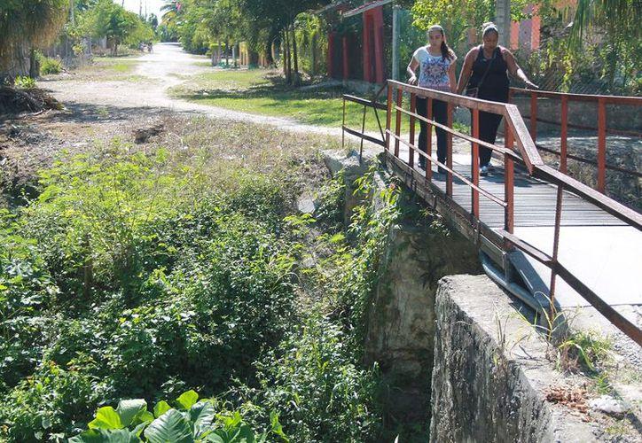 El ayuntamiento construyó unos drenes a cielo abierto que desembocan a esos profundos canales para desahogar los encharcamientos. (Javier Ortiz/SIPSE)