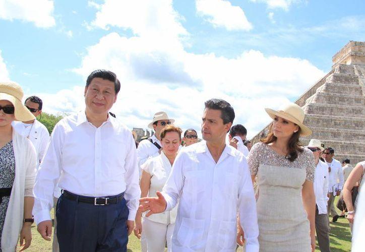 Los mandatarios de China y México, con sus respectivas esposas, durante la visita a la zona arqueológica de Chichén Itzá. (José Acosta/SIPSE)