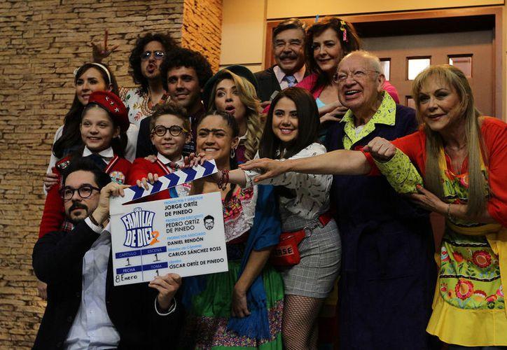 La producción de Una Familia de Diez se reunió hoy en el foro 1 de Televisa San Ángel. (Foto: Internet)