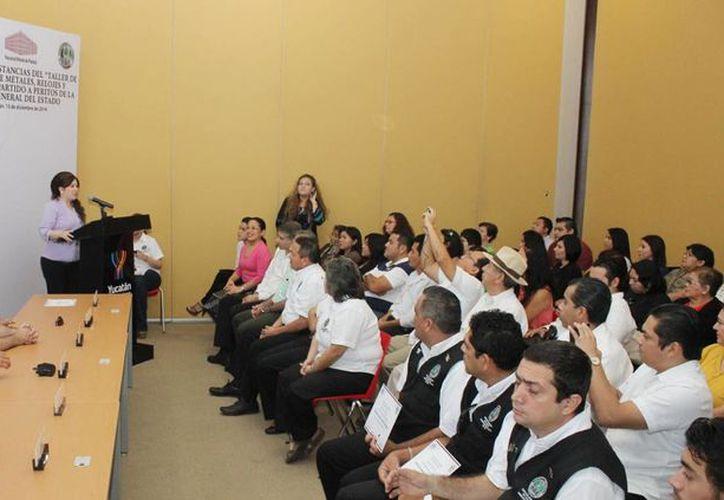 Imagen de la clausura del curso de capacitación que recibieron 13 peritos de la FGE. (Milenio Novedades)