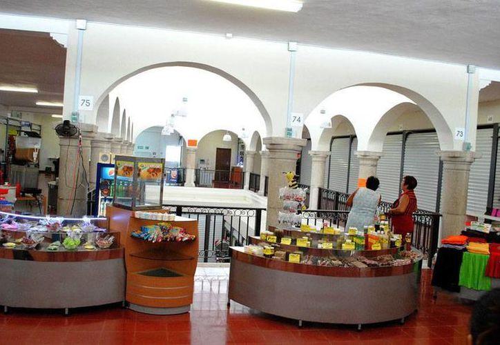 Exvendedores ambulantes del Centro de Mérida se quejan de las baja ventas que tienen ahora que están como comerciantes formales en la casona de Mérida que fue habilitada como el Centro Comercial Popular (foto). (Milenio Novedades)
