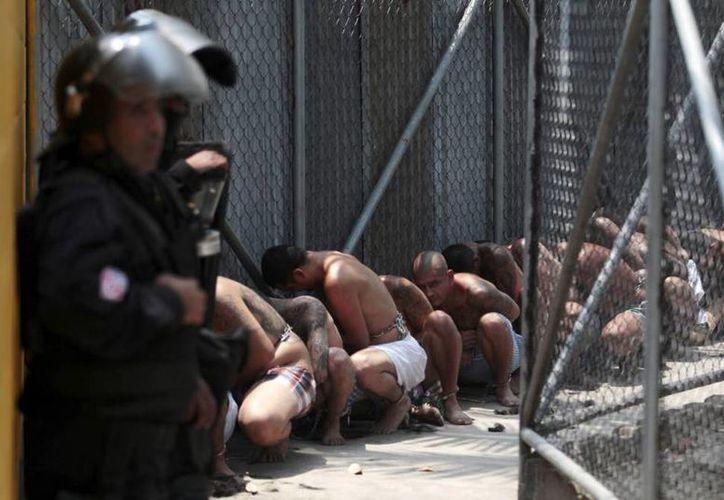 El Salvador tiene el mayor hacinamiento, del continente americano en sus cárceles, un 245 por ciento. (elpais.com)