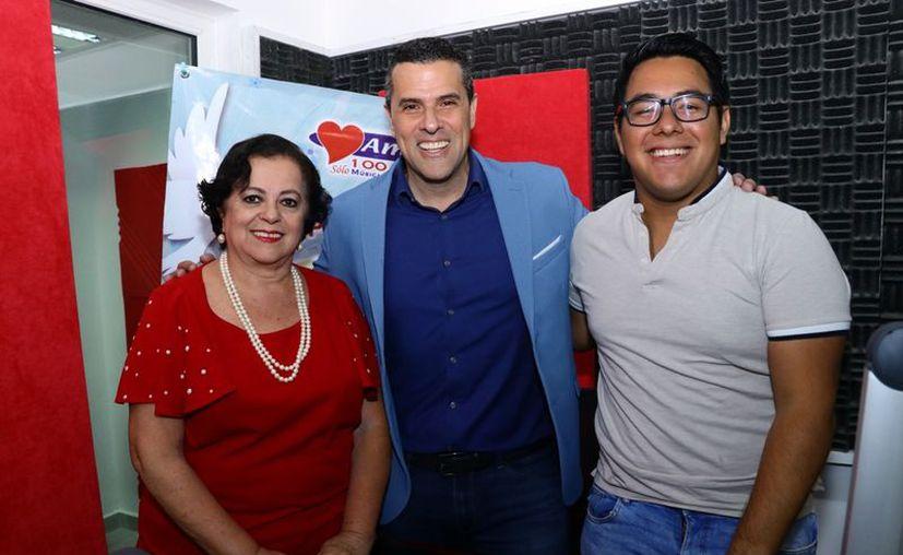 """Esperanza Nieto, Marco Antonio Regil y Ángel Pinto durante la transmisión del programa radiofónico """"Salvemos una vida"""". (Jorge Acosta)"""