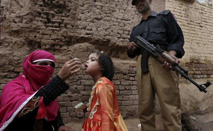 Una mujer vacuna a una nena contra la polio en Peshawar, Pakistán. (EFE/Foto de contexto)