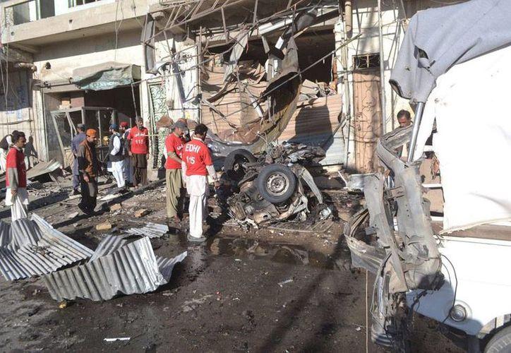 Un grupo de oficiales de seguridad inspecciona la zona donde tuvo lugar la explosión de una bomba en un mercado de Quetta, capital provincial de Baluchistán, Pakistán. La imagen es de contexto (Efe)