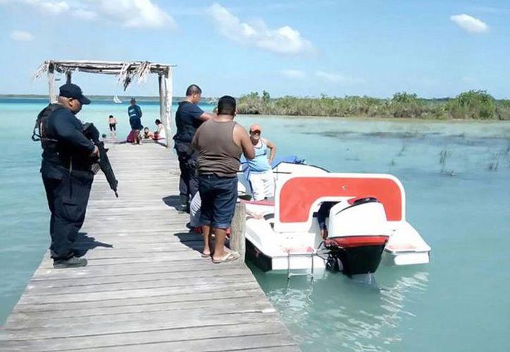 Un grupo de personas sin ninguna preocupación lavaban incluso parte del motor dentro de la laguna. (Javier Ortíz/ SIPSE)
