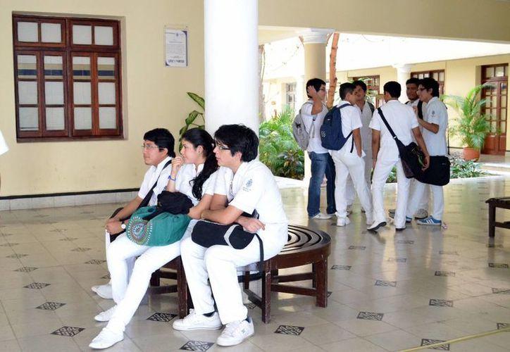 Largas y agotadoras jornadas desvelan estrés en los residentes médicos. Imagen de contexto de un grupo de estudiantes de medicina. (Milenio Novedades)