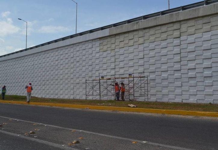 Trabajador que pintaba el puente cayó desde una altura de cuatro metros. (Redacción/SIPSE)