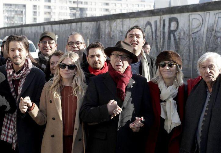 El actor Diego Luna fue hasta los restos del muro de Berlín para protestar sobre los planes de Donald Trump contra México.(Michael Sohn/AP)