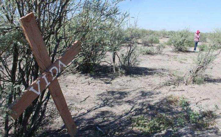 La cruz de madera con la palabra 'Vida' es el símbolo del comienzo de familias enteras que buscan los restos de sus parientes en Patrocinio, Coahuila. (Christian Sánchez/Milenio)