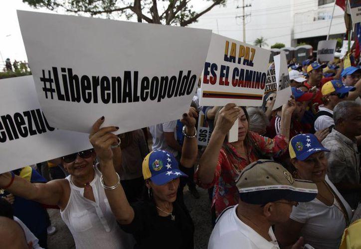 Cientos de activistas venezolanos se reunieron en Panamá para exigir antes de la Cumbre de las Américas la liberación del opositor Leopoldo López. (AP)