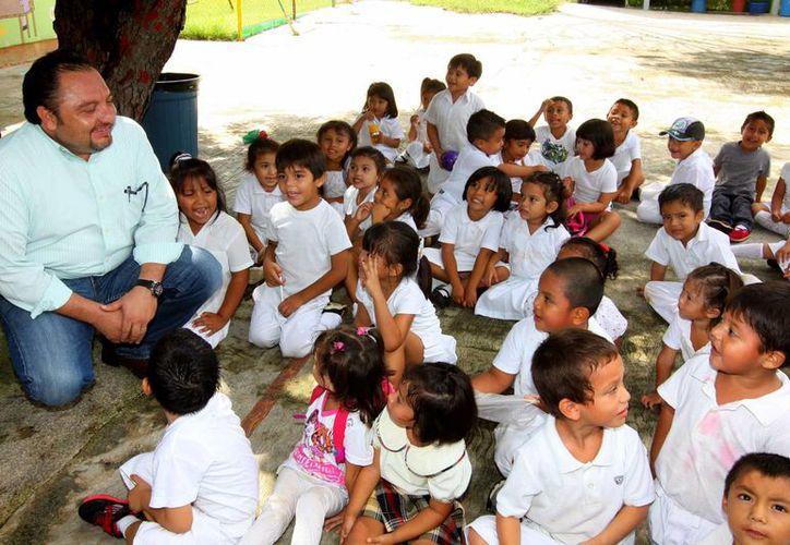 Este año fueron mejorados más de 200 planteles educativos en todo el Estado con el programa 'Escuelas al CIEN'; tan sólo en Mérida fueron 54 primarias y centros de atención múltiple. En la foto, el diputado Francisco Rivas, quien ha impulsado los trabajos. (Foto cortesía)