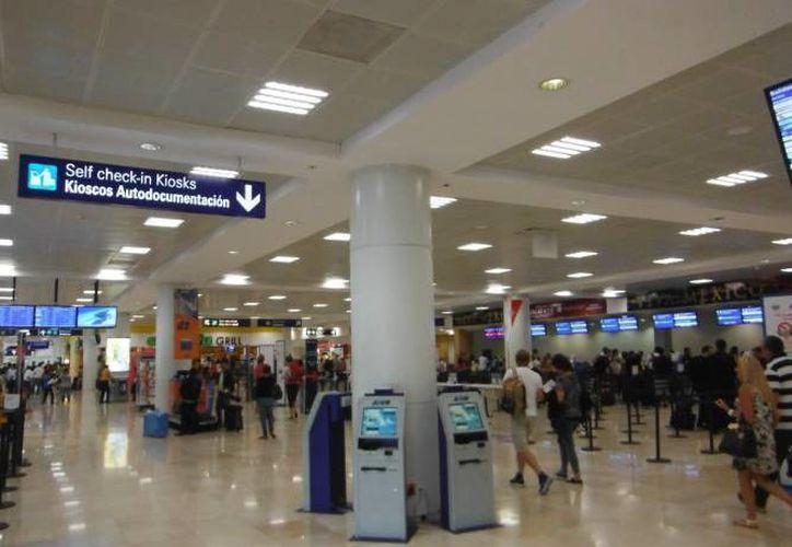Las personas fueron detenidas en el aeropuerto de Cancún. (Redacción/SIPSE)