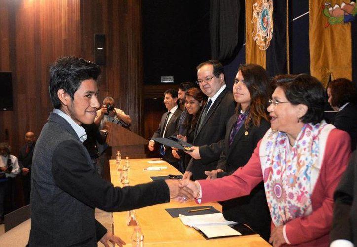 El joven mixteco Vladimir Sierra Casiano ganó la medalla de oro en la Olimpiada Universitaria del Conocimiento. (UNAM)
