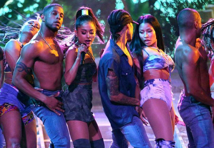 Ariana Grande (tercera por la izquierda) y Nicki Minaj (segunda por la derecha), interpretan 'Side To Side' en los American Music Awards en el Microsoft Theater, este 20 de noviembre de 2016 en Los Ángeles, EU. (Foto de Matt Sayles/Invision/AP)