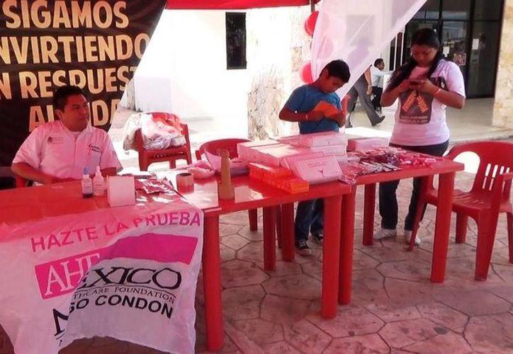"""Durante el """"Pruebatón"""" que se realizó en Tulum se detectó a cuatro personas infectadas con el VIH. (Rossy López/SIPSE)"""