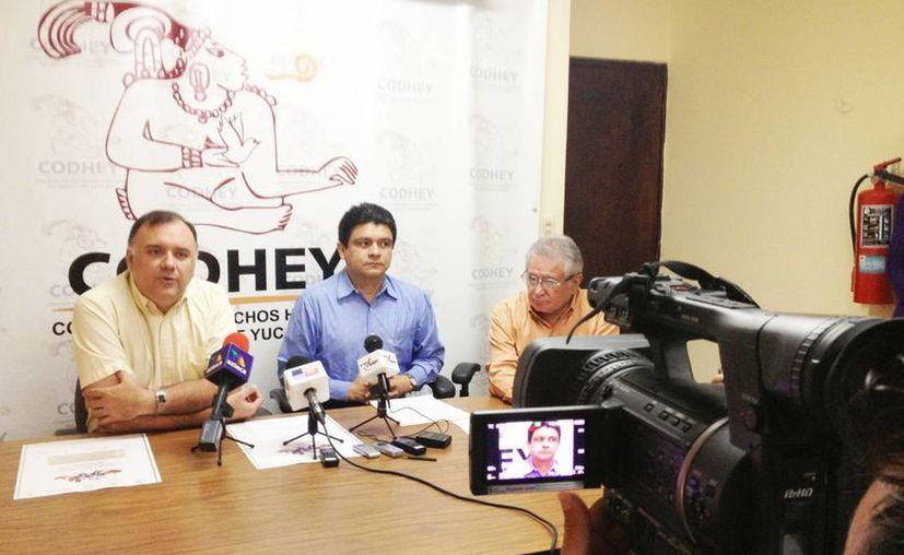 El presidente de la Codhey, Jorge Victoria Maldonado, en rueda de prensa. (SIPSE)