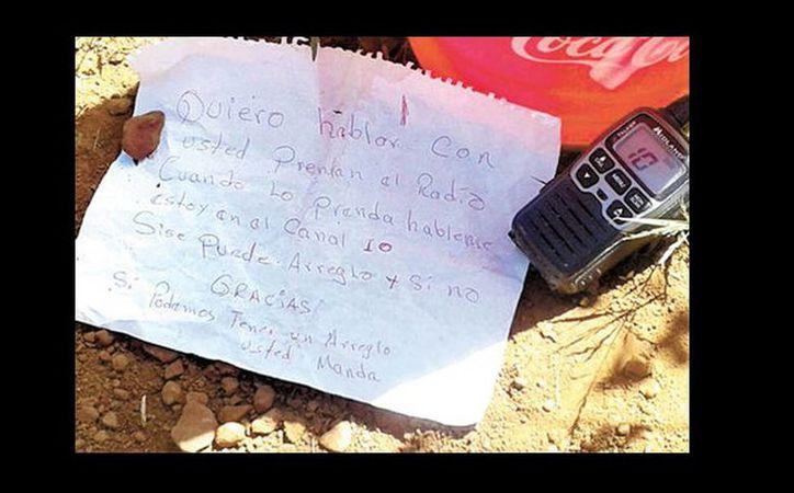 El mensaje y el aparato localizado por los soldados en un ejido. (Ignacio Alzaga/Milenio)