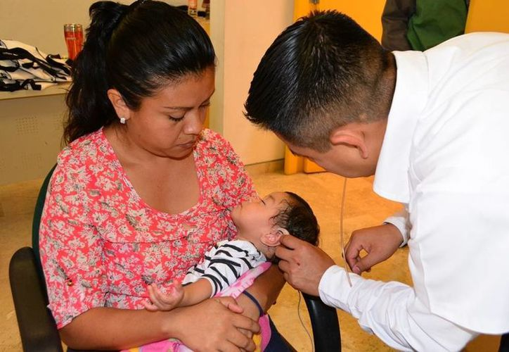 El Sistema para el Desarrollo Integral de la Familia (DIF) en Quintana Roo otorgó a diez personas del municipio de Felipe Carrillo Puerto los dispositivos auditivos. (Manuel Salazar/SIPSE)