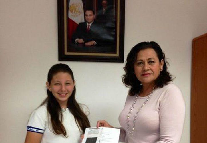 Karime Andrea Aguilar Aguiar, tiene beca de excelencia; recibe el apoyo de parte de la subsecretaria de Educación  en la zona norte. (Cortesía/SIPSE)