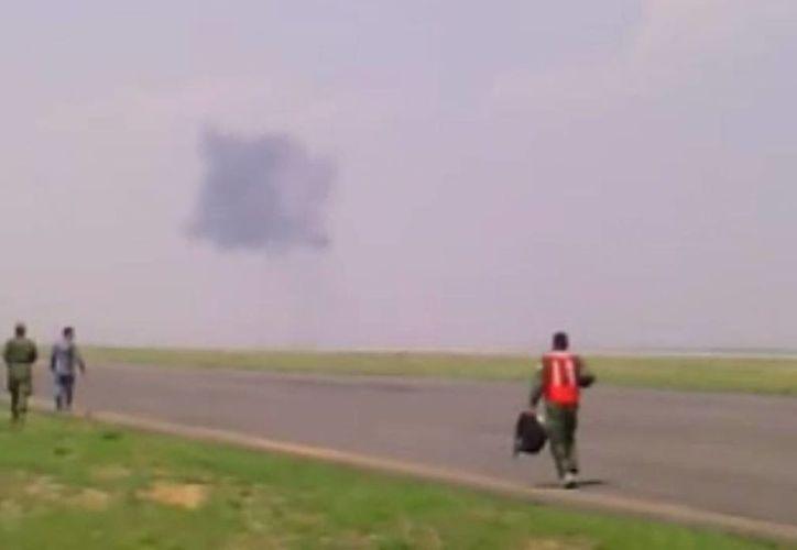 Imagen del momento que la aeronave militar colapsó a tierra. (Captura de pantalla YouTube)